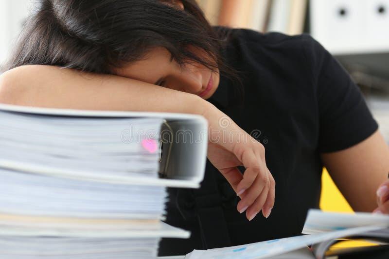 A mulher cansado e esgotada manda muito trabalho com originais cair adormecido imagens de stock