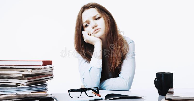 Mulher cansado e esgotada que trabalha com psychologica dos originais imagens de stock