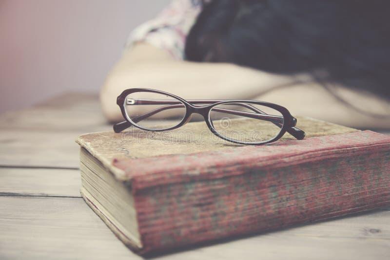 Mulher cansado e livro imagens de stock