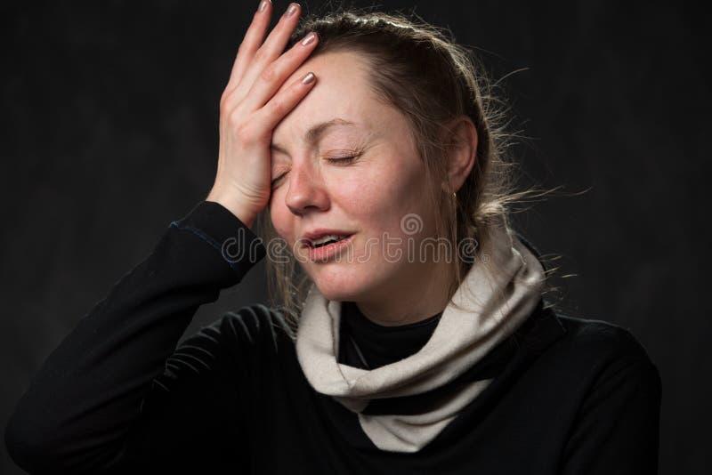 Mulher cansado pálida com olhos fechados fotografia de stock