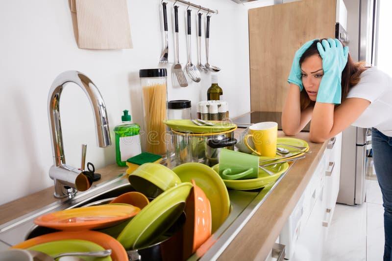Mulher cansado que está na cozinha imagens de stock royalty free