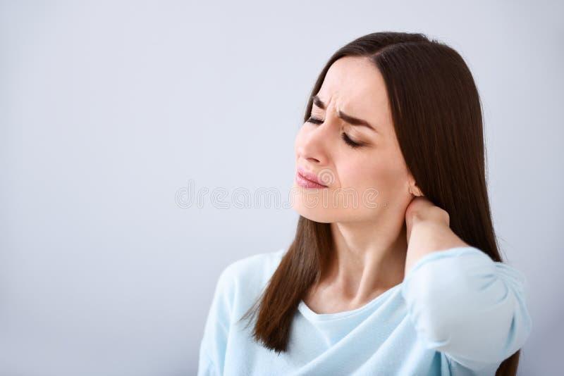Mulher cansado que tem a bandeja no pescoço foto de stock