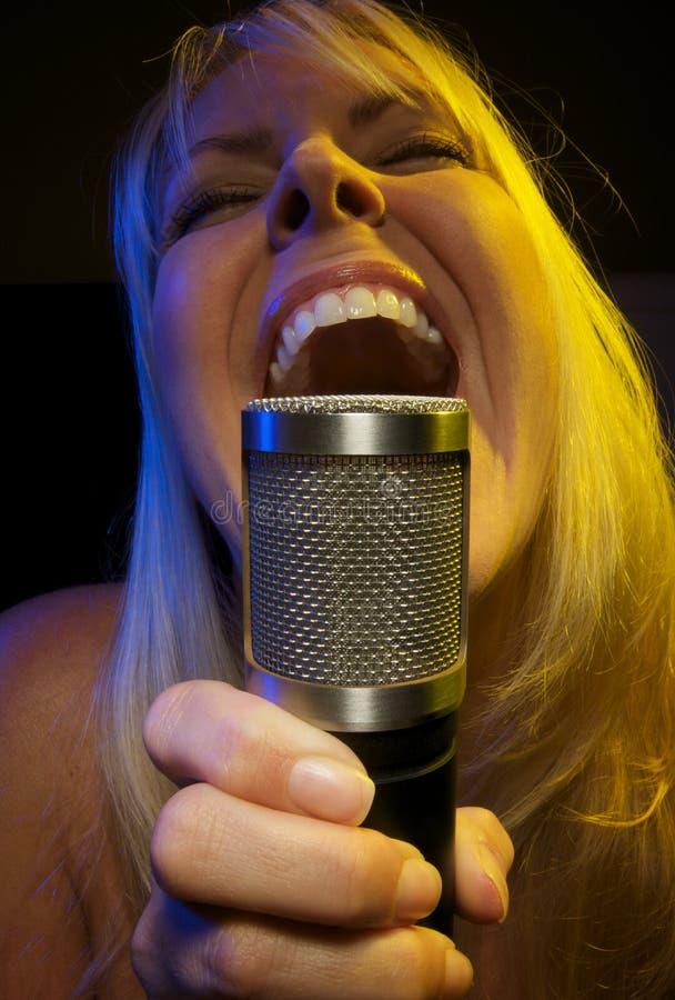 A mulher canta com paixão imagens de stock
