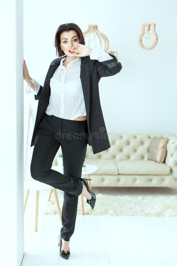 A mulher carismática dança perto da parede foto de stock