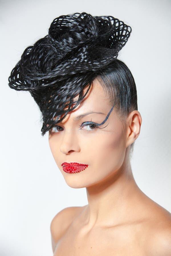 Mulher carismática elegante com penteado luxuoso na moda. fotos de stock royalty free