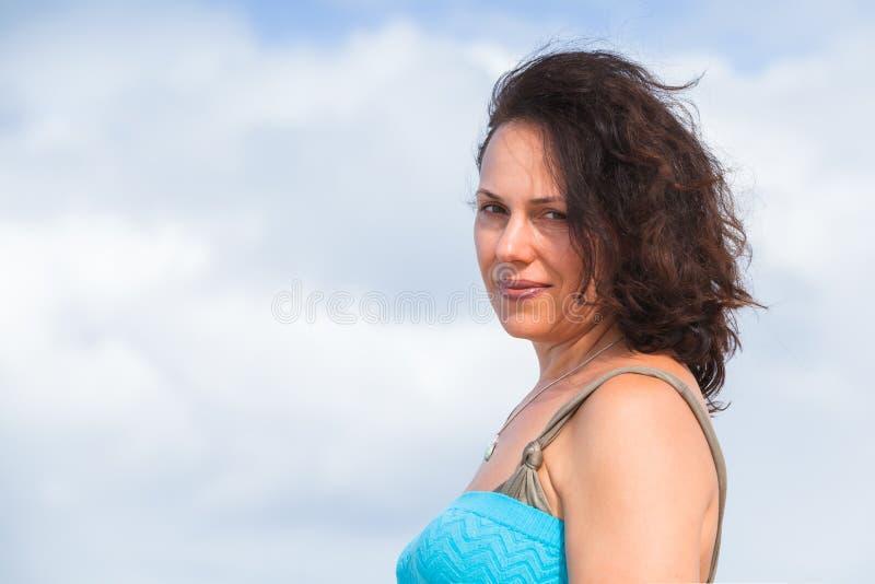 Mulher caucasiano adulta nova levemente de sorriso imagem de stock