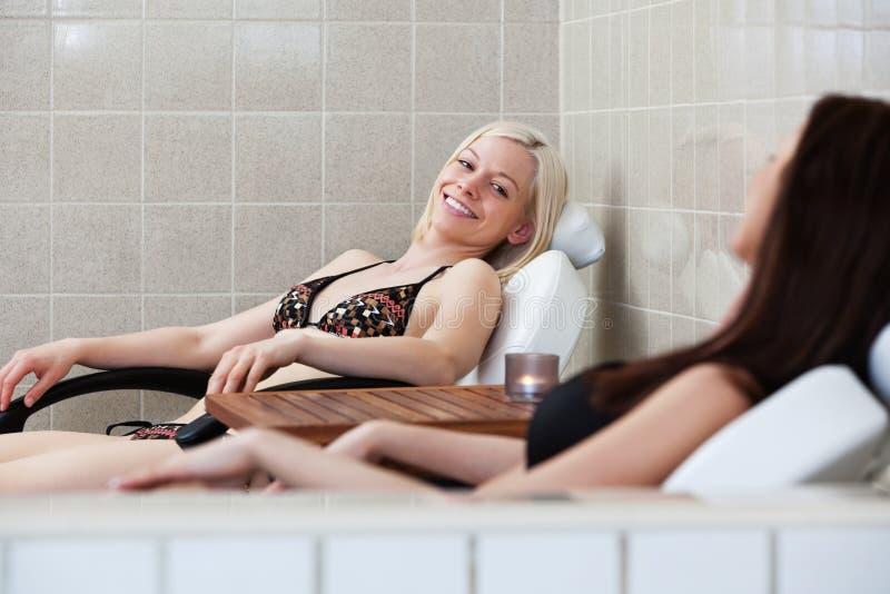Mulher caucasiano atrativa na sauna foto de stock