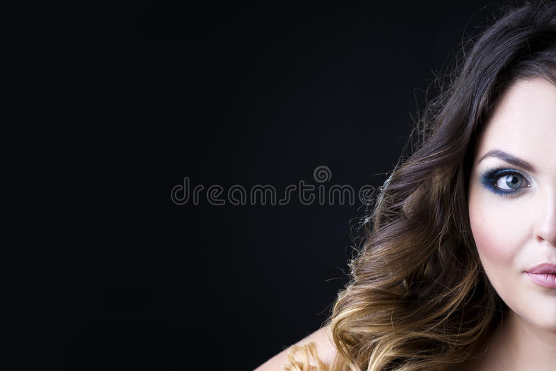 Mulher caucasiano bonita com composição profissional e penteado no fundo preto, retrato da cara do close-up meio com espaço da có fotografia de stock royalty free