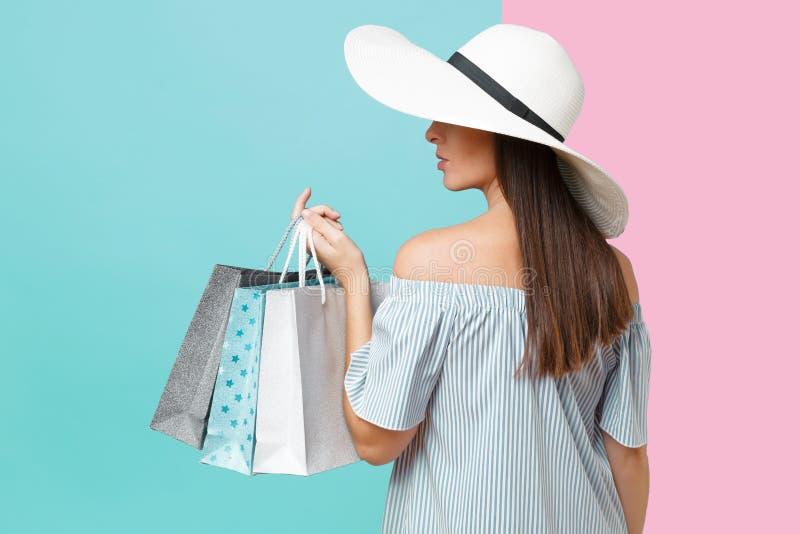 Mulher caucasiano bonita da forma elegante elegante do retrato no vestido do verão, grande terra arrendada larga branca do chapéu imagem de stock royalty free