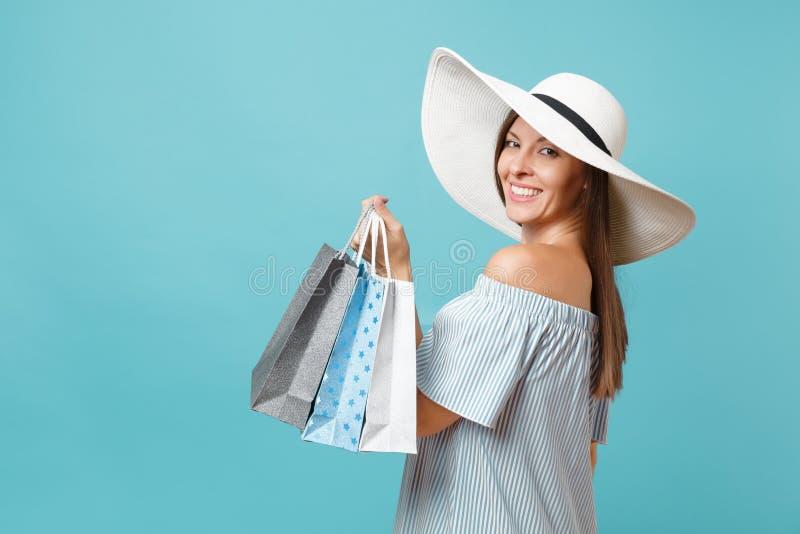 Mulher caucasiano bonita da forma elegante elegante do retrato no vestido do verão, grande terra arrendada larga branca do chapéu imagens de stock royalty free