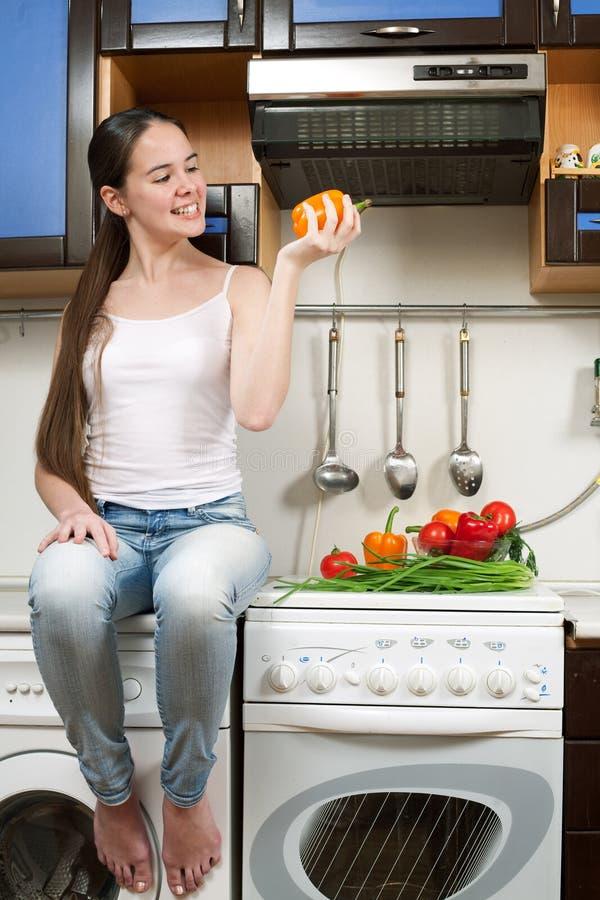 Mulher caucasiano bonita nova na cozinha fotos de stock