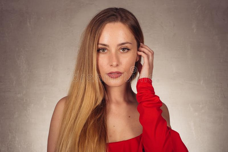 Mulher caucasiano bonita nova no vestido vermelho da forma foto de stock