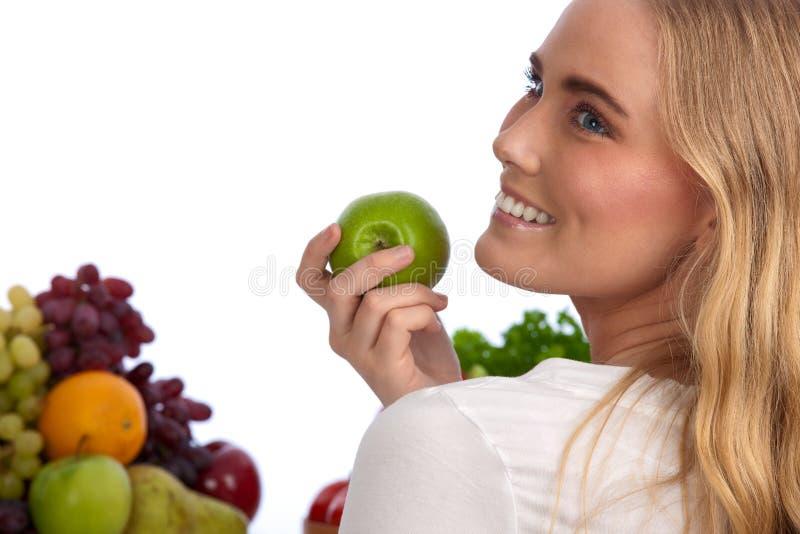 Mulher caucasiano bonita que come a maçã verde imagem de stock royalty free