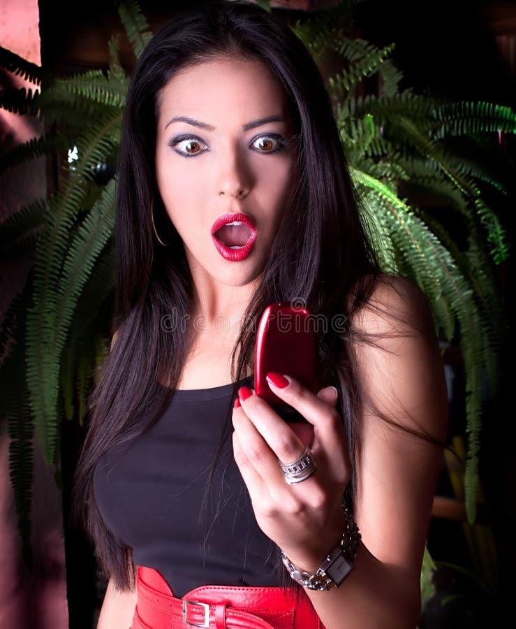 A mulher caucasiano bonita tem um atendimento de telefone foto de stock