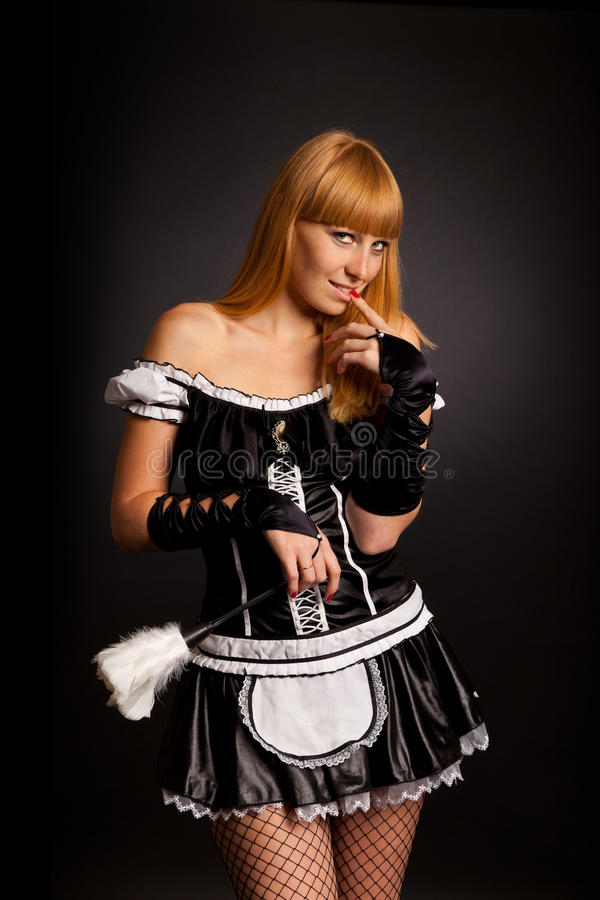 A mulher caucasiano bonita vestiu-se em uma empregada doméstica francesa foto de stock