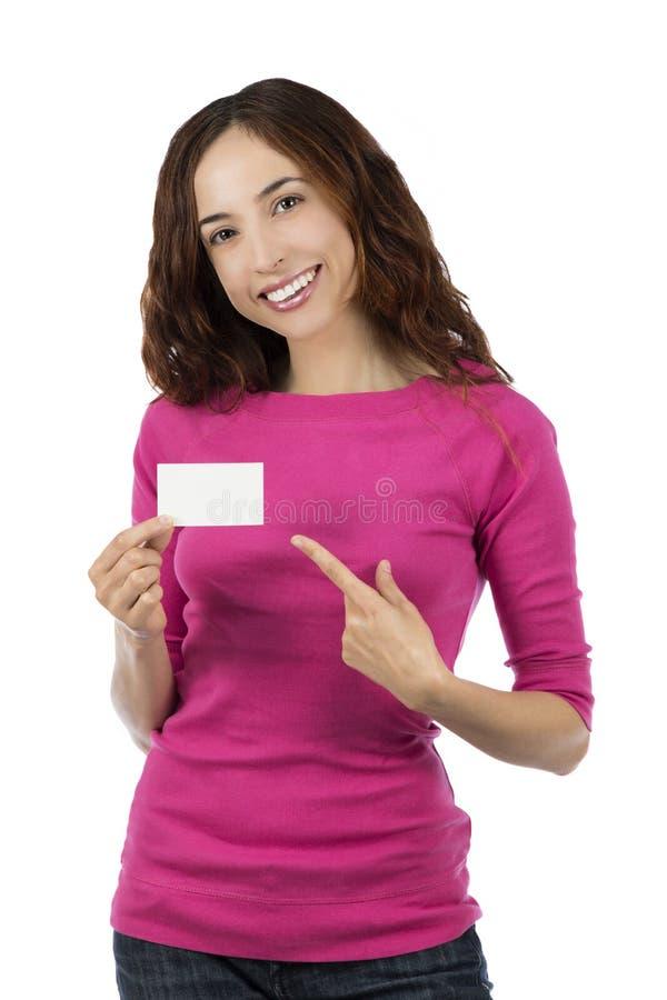 Mulher caucasiano de sorriso que mostra um cartão vazio do sinal fotografia de stock royalty free