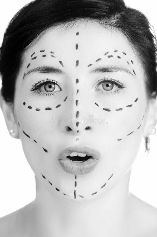Mulher caucasiano do headshot do close up com as linhas pontilhadas tiradas em torno da cara que olha na câmera, preparando a cir imagens de stock royalty free