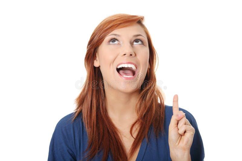 Mulher caucasiano feliz bonita nova que aponta acima imagem de stock royalty free