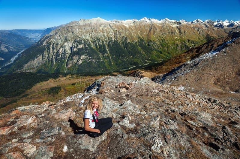 Mulher caucasiano loura nova nas montanhas de Cáucaso, fotografia de stock royalty free