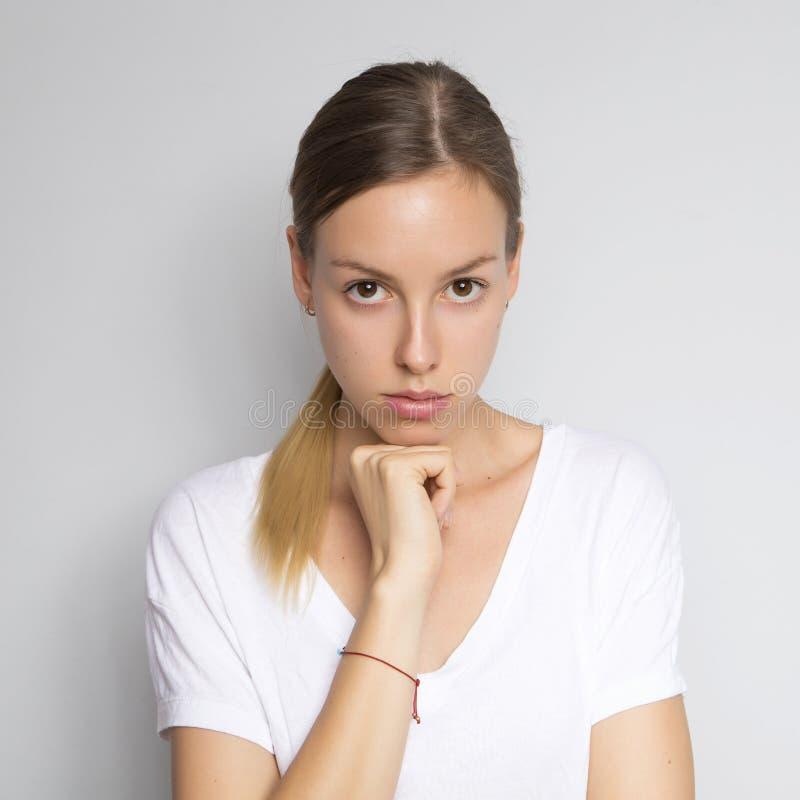 Mulher caucasiano moreno bonita na blusa branca com e brilhante imagem de stock royalty free