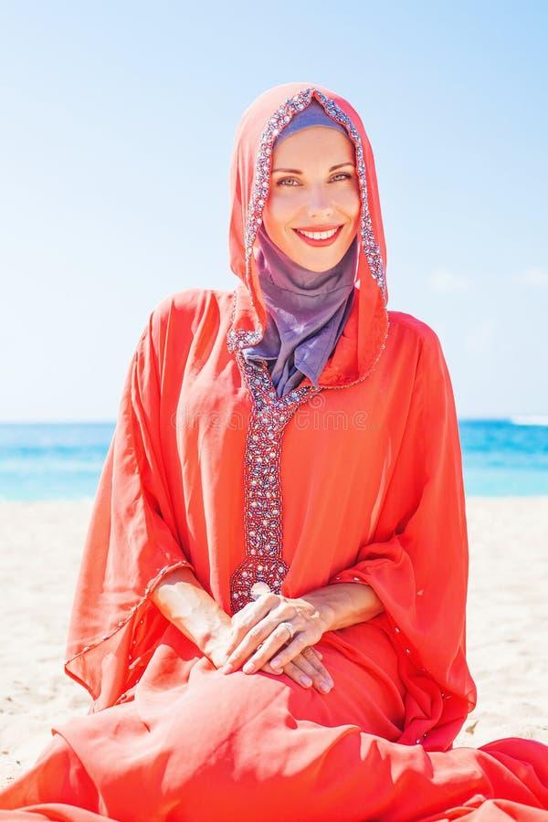 Mulher caucasiano muçulmana (do russo) que veste o vestido vermelho fotos de stock royalty free