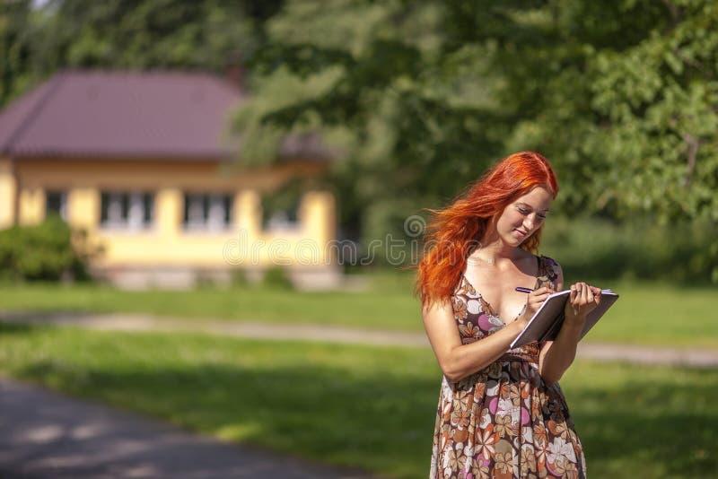 Mulher caucasiano nova bonita foto de stock