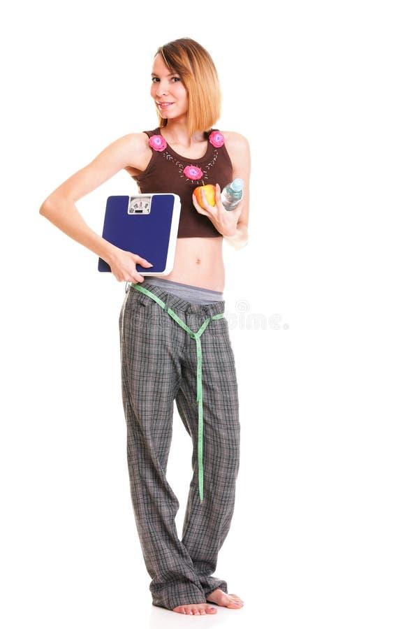 Mulher caucasiano nova bonita que mede seu corpo com fita imagem de stock royalty free