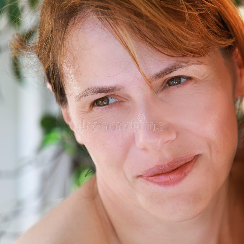 Mulher caucasiano nova leve de sorriso foto de stock