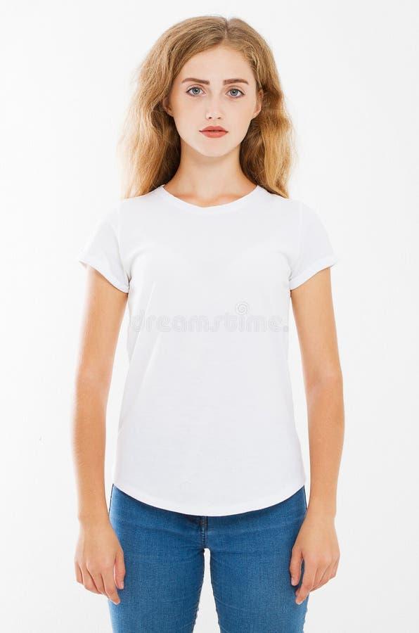 Mulher caucasiano nova no t-shirt branco vazio projeto da camisa de t e conceito dos povos Opinião dianteira de camisas isolada foto de stock