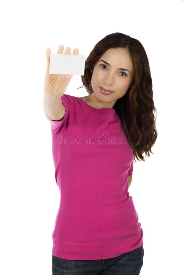 Mulher caucasiano nova que guarda um cartão vazio branco fotos de stock