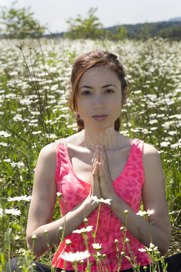 Mulher caucasiano nova que medita na natureza imagens de stock