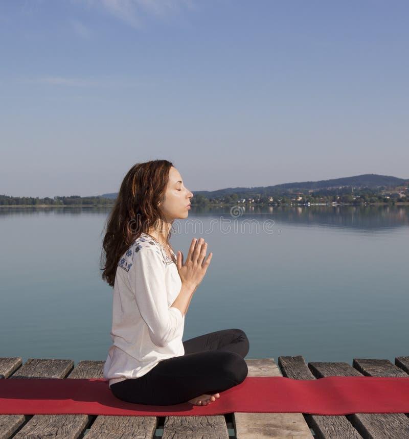 Mulher caucasiano nova que medita sobre um dia de verão b imagem de stock