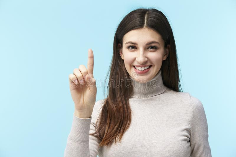 Mulher caucasiano nova que pressiona um botão virtual fotos de stock royalty free