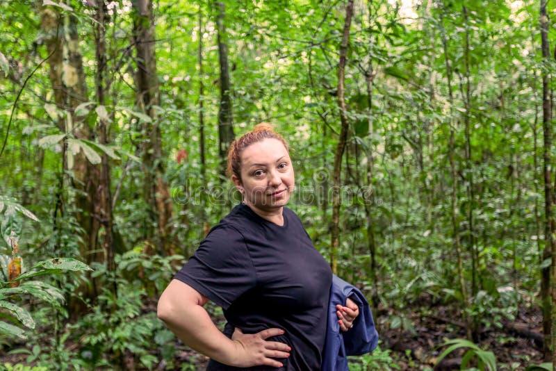 Mulher caucasiano que viaja profundamente na selva de Cuyabeno fotografia de stock