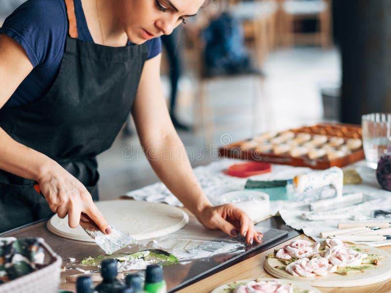 Mulher cerâmica da arte finala do local de trabalho do estúdio do trabalho do artista imagem de stock