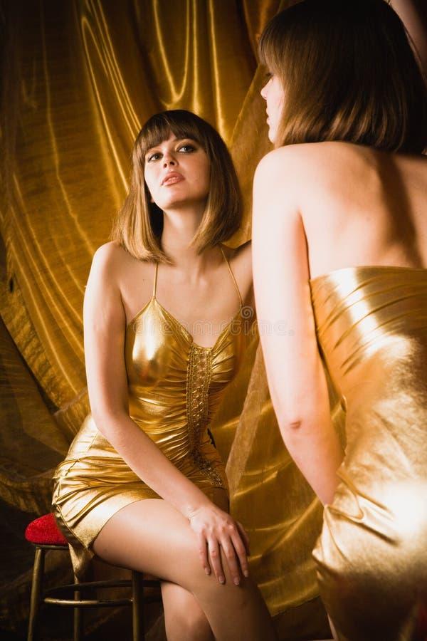 Mulher Charming no vestido dourado curto fotos de stock royalty free