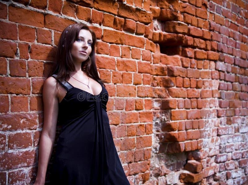 Download Mulher Charming No Vestido Preto Foto de Stock - Imagem de relaxation, atrativo: 10056436