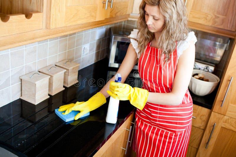 Mulher Charming que faz o housework foto de stock