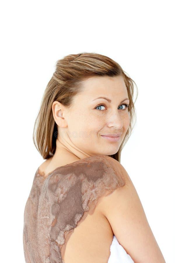 Mulher Charming que mostra a para trás com tratamento da lama imagem de stock royalty free