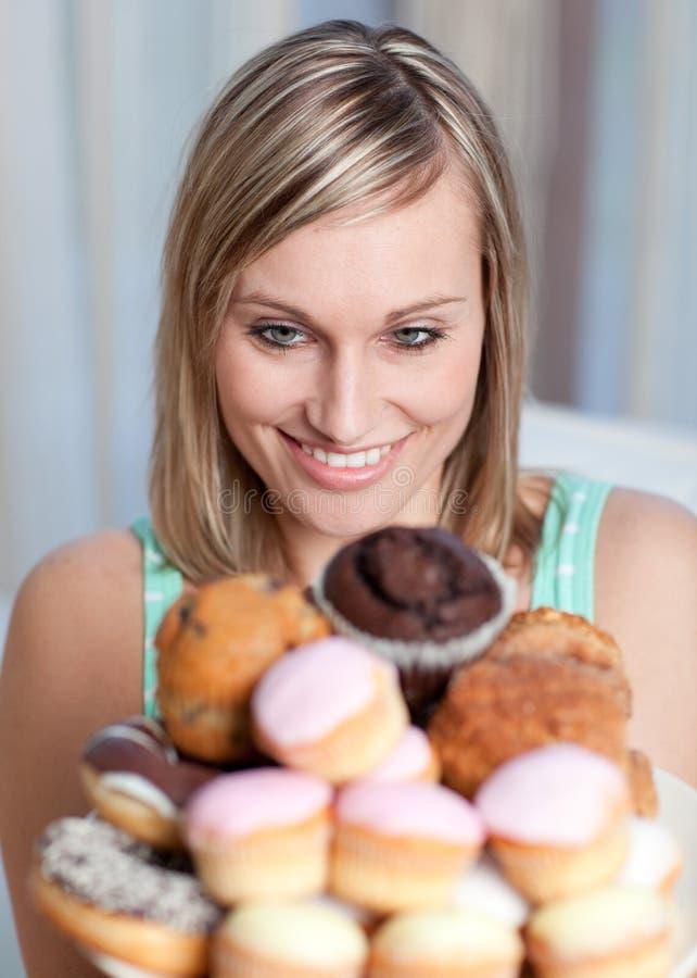 Mulher Charming que prende uma placa dos bolos imagens de stock