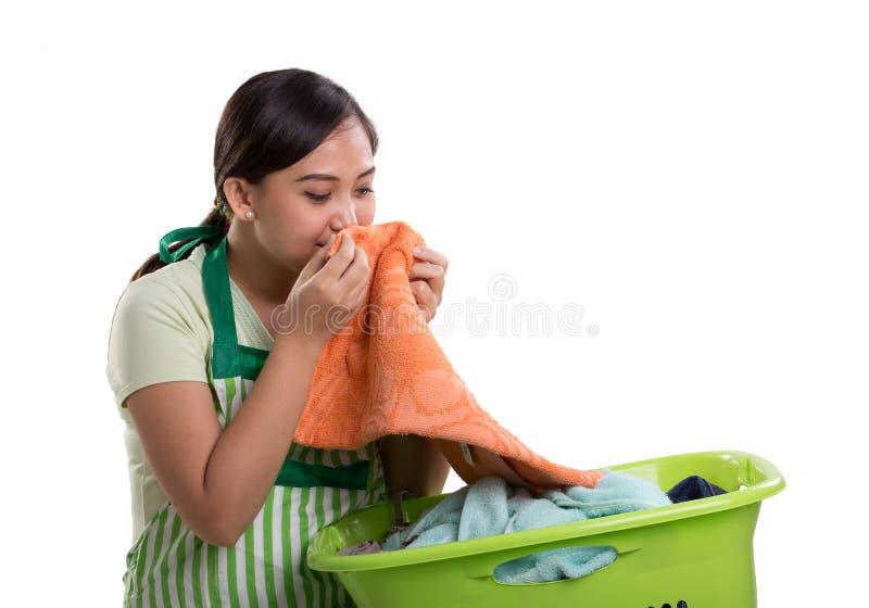 A mulher cheira a lavanderia foto de stock royalty free