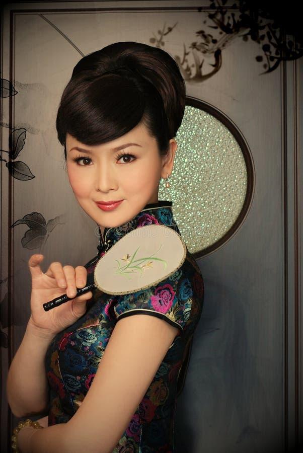 Mulher chinesa à moda com um ventilador imagens de stock royalty free