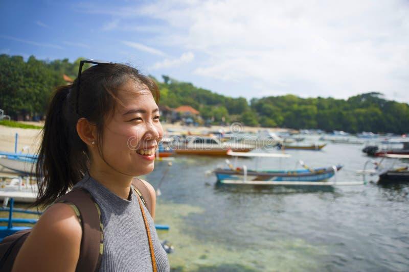 Mulher chinesa asiática feliz com a trouxa no doce de sorriso da excursão do turista da viagem da praia no curso das férias de ve fotos de stock