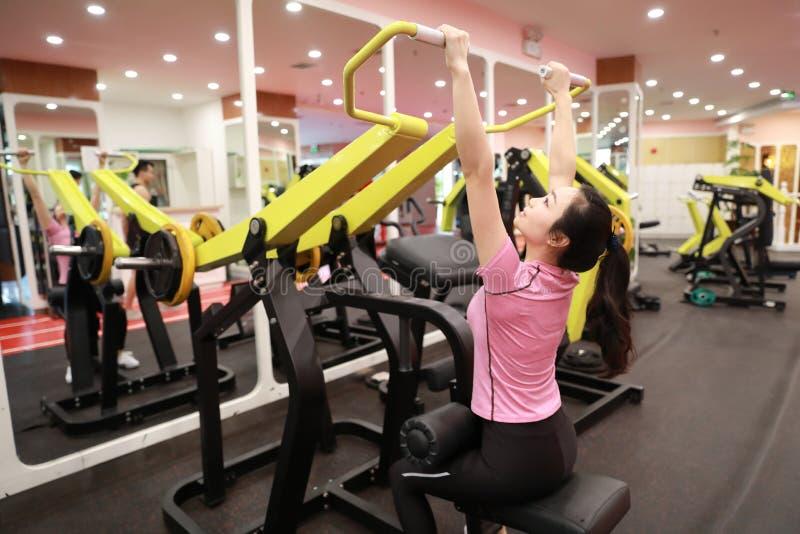 Mulher chinesa asiática na força do treinamento da mulher do esporte de ŒFitness do ¼ do ï do gym no gym imagens de stock royalty free