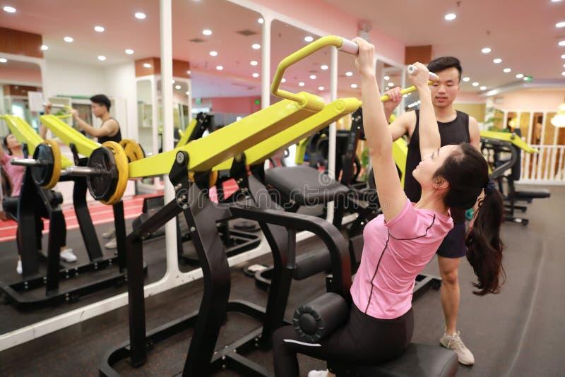 Mulher chinesa asiática na força do treinamento da mulher do esporte de ŒFitness do ¼ do ï do gym no gym fotos de stock royalty free