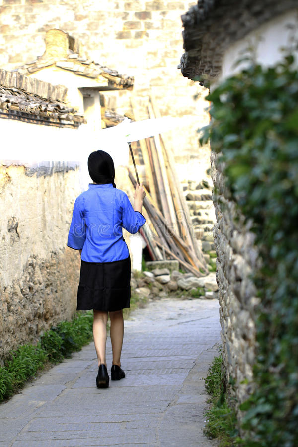 Mulher chinesa asiática no terno tradicional do estudante na República da China imagem de stock
