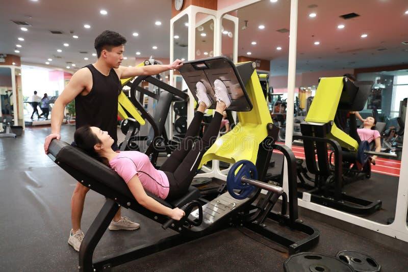 Mulher chinesa asiática no treinamento da mulher do esporte de ŒFitness do ¼ do ï do gym da força do pé no gym imagem de stock royalty free