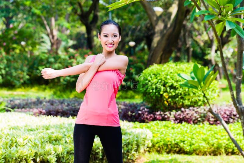 Mulher chinesa asiática no treinamento exterior da aptidão imagens de stock