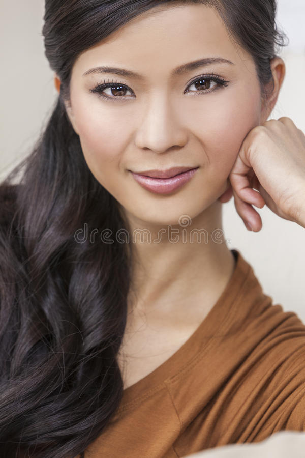 Mulher chinesa asiática nova bonita do retrato foto de stock royalty free