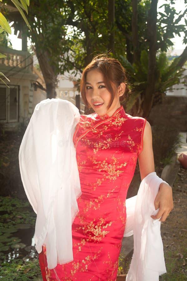 Mulher chinesa bonita no vestido tradicional vermelho. foto de stock